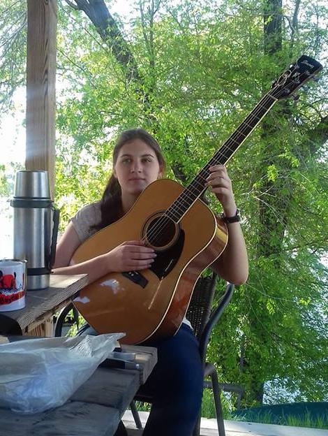 Даша с гитарой (решает как поступить)