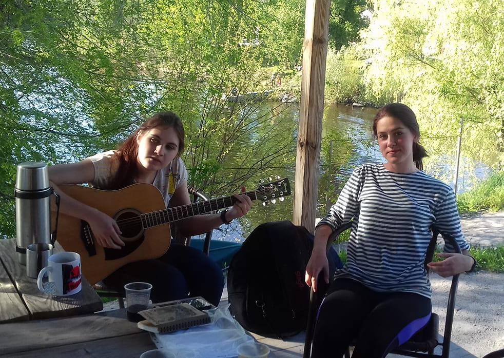Даша и Полина поют и играют